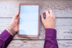 Ludzka ręka trzyma cyfrową pastylkę Obraz Stock