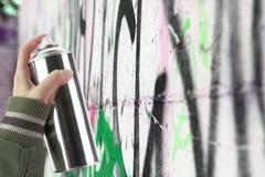Ludzka ręka trzyma graffiti kiści puszkę fotografia stock