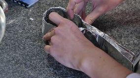 Ludzka ręka trzyma rolkę folia Pokrywa z folią zbiory