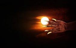 Ludzka ręka z długim paznokciem lub czarcia ręka na księżyc w pełni nocy Fotografia Stock