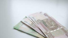 Ludzka ręka z fan pieniądze pieniądze kładzenia stół Liczyć pieniądze Ręki ponownego przeliczenia banknoty na białym stole zbiory wideo