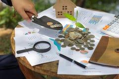 Ludzka ręka liczy jego monety Osobisty finanse, finansowi managemen zdjęcie stock