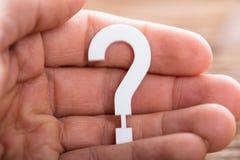 Ludzka ręka Trzyma znaka zapytania znaka Fotografia Royalty Free