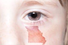 Ludzka ` s twarz z flaga państowowa zlani stany America i Missouri stanu mapa zdjęcia stock