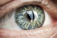 Ludzki oko z dodatek specjalny deseniującym irysem bardzo obrazy stock