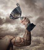 Ludzki ręki prosthesis z zwycięzca filiżanką obrazy stock
