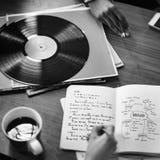 Ludzki ręki Writing notatnika Winylowego rejestru muzyki pojęcie Zdjęcia Stock