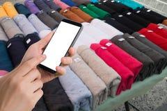 Ludzki ręka chwyt i dotyka smartphone, pastylka, telefon komórkowy z bl Fotografia Royalty Free