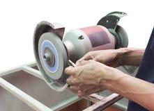 Ludzki use szlifierskiej maszyny ostrzący tnący narzędzie odizolowywa Zdjęcia Stock