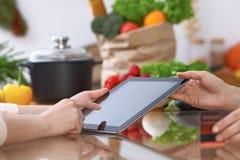 Ludzkie ręki dwa żeńskiego persons używa touchpad w kuchni Zbliżenie dwa kobiety robi online zakupy obok Zdjęcia Royalty Free