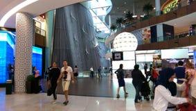 Ludzkie siklawy w Dubaj centrum handlowym Obraz Royalty Free