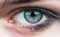 Ludzkiego oka zakończenie, widoczny wzór irys uczeń Zdjęcie Stock