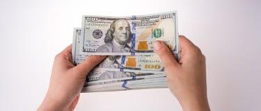 Ludzkiego ręki mienia Amerykańscy dolarowi banknoty na białym tle Fotografia Royalty Free