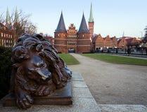 LUEBECK,德国- 2017年2月12日:Holstentor和狮子从b 库存照片