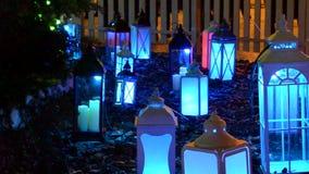 Lueur décorative de lanternes avec différentes couleurs banque de vidéos