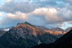 Lueur d'Alpen à travers une gamme de montagne en Bavière photos libres de droits