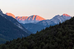 Lueur d'Alpen à travers une gamme de montagne en Bavière photo libre de droits
