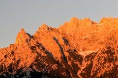 Lueur d'Alpen à travers une gamme de montagne en Bavière images libres de droits