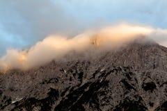 Lueur d'Alpen à travers une gamme de montagne en Bavière image libre de droits