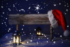 Lueur d'une bougie Santa Hat Copy Space de signe de Noël Images stock