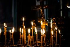 Lueur de chandelle dans l'église Bénissez un dieu Photographie stock