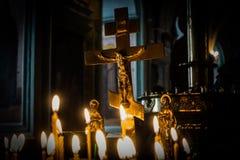 Lueur de chandelle dans l'église Bénissez un dieu Photos stock