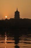 Lueur de coucher du soleil à la pagoda de Leifeng images stock