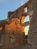 Lueur de coucher du soleil sur un fragment de Roman Colosseum Photo stock
