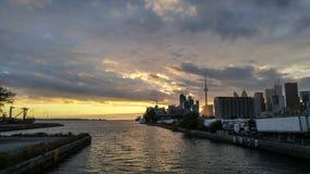 Lueur de crépuscule de ports d'horizon de Toronto photos libres de droits