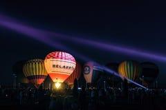 Lueur de fête de nuit des ballons près du beffroi au ` complexe commémoratif de champ de bataille de réservoir de poteau de Prokh photo stock