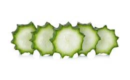 Lufa angulosa fresca cortada en blanco Fotografía de archivo