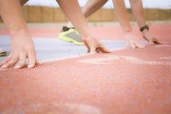 Läufer am Anfang der Laufbahn Stockfotos
