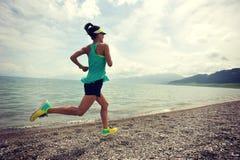 Läufer, der auf Sonnenaufgangküstenspur läuft Stockfoto