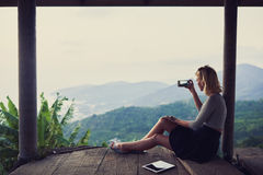 Luffaren för den unga kvinnan skjuter videoen på hennes mobiltelefon Royaltyfri Fotografi