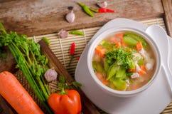Luffasvamp- och morotsoppa, thailändsk mat Arkivfoton