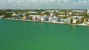 Luftüberführung der Miami Beach-Architektur Wohnwohnungen mit Schwimmbädern stock video footage