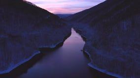 Luft-Ansicht des Brummens 4k von einem See am Winter während der blauen Stunde stock footage