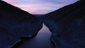 Luft-Ansicht des Brummens 4k von einem See am Winter während der blauen Stunde stock video