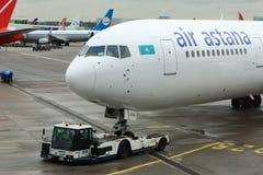 Luft Astana 767, der vom Gatter zurückschiebt stockfotografie
