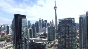 Luft-Auge des Vogels 4k auf im Stadtzentrum gelegenem Bezirk Torontos, moderne Wolkenkratzerarchitektur