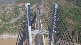 Luft-avanti auf großer Brücke zwischen Bergen stock footage