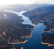 Luft- Bild von einem See in Nord-Kalifornien mit Mt Shasta im Hintergrund lizenzfreie stockfotografie