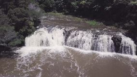 Luft-, breiter Wasserfall im Busch landet 4k stock video footage