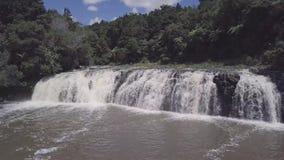 Luft-, breiter Wasserfall nach starkem Regen, summen herein 4k laut stock footage