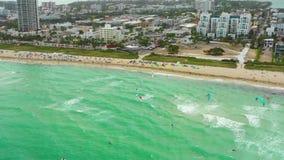 Luft- Brummen Video-Miami Drachen, der auf den Strand surft stock video footage
