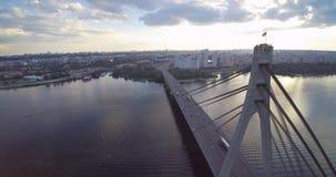 Luft- Brummenansicht Nord-Moskau-Br?cke Kiew Ukraine in Richtung zum Sonnenuntergangflu? Dnepr stock video footage