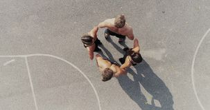 Luft-, Brummengesamtlänge der Gruppe gut ausgebildeter Männer und Frauen werfen auf stock footage