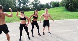 Luft-, Brummengesamtlänge der Gruppe gut ausgebildeter Männer und Frauen werfen auf stock video