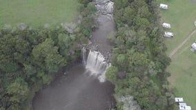 Luft-, enorme Wasserfallvogelaugenansicht 4k stock footage