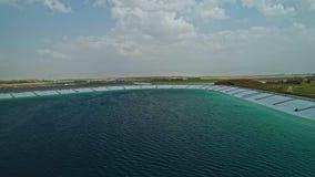 Luft- Gesamtlänge eines großen Wasserreservoirs in Nord-Israel stock video footage